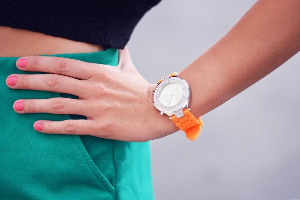 montre argent et orange