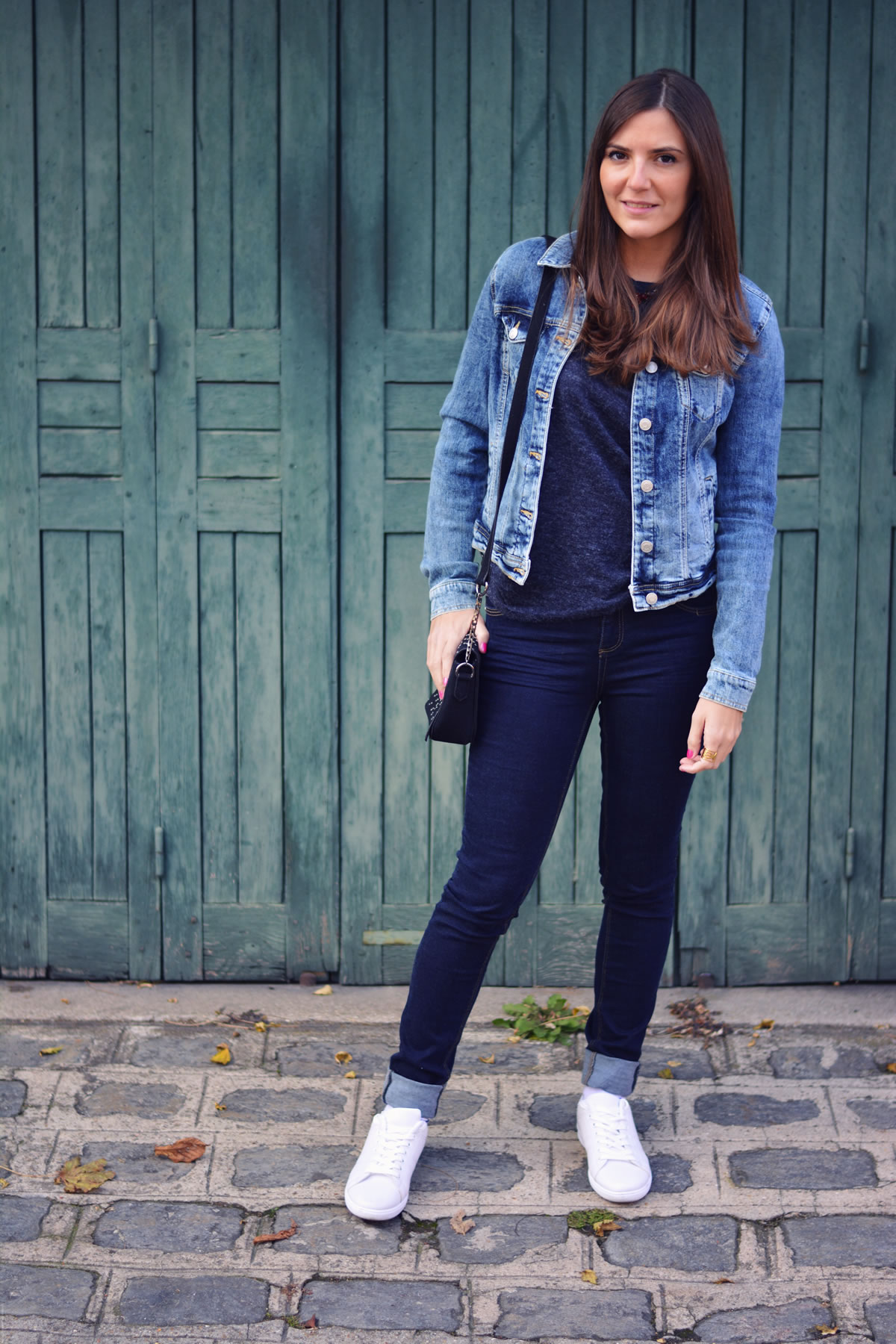 fashion bloger wearing jeans