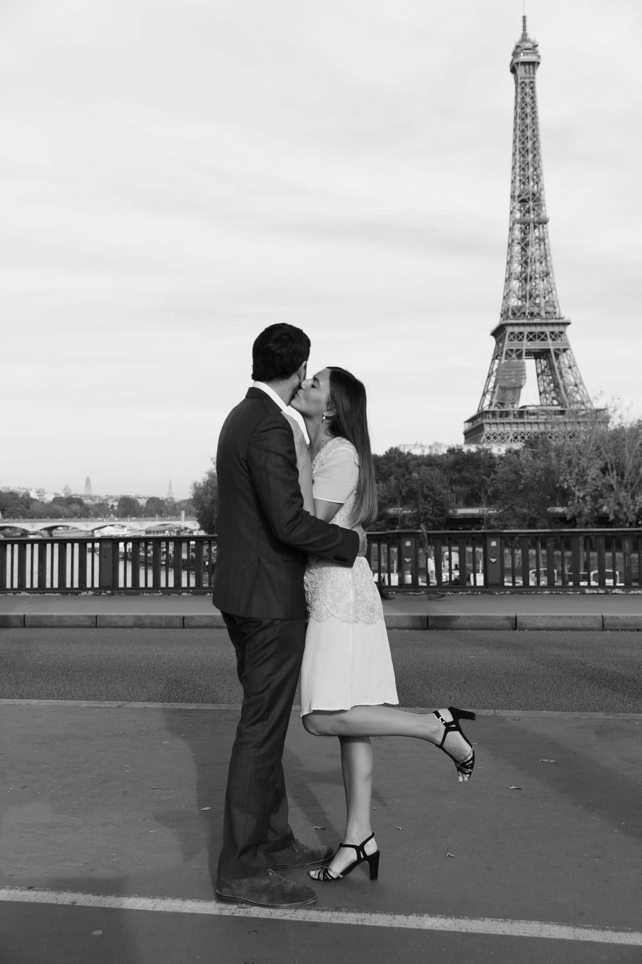 photo couple devant la tour eiffel blog life style les caprices d iris