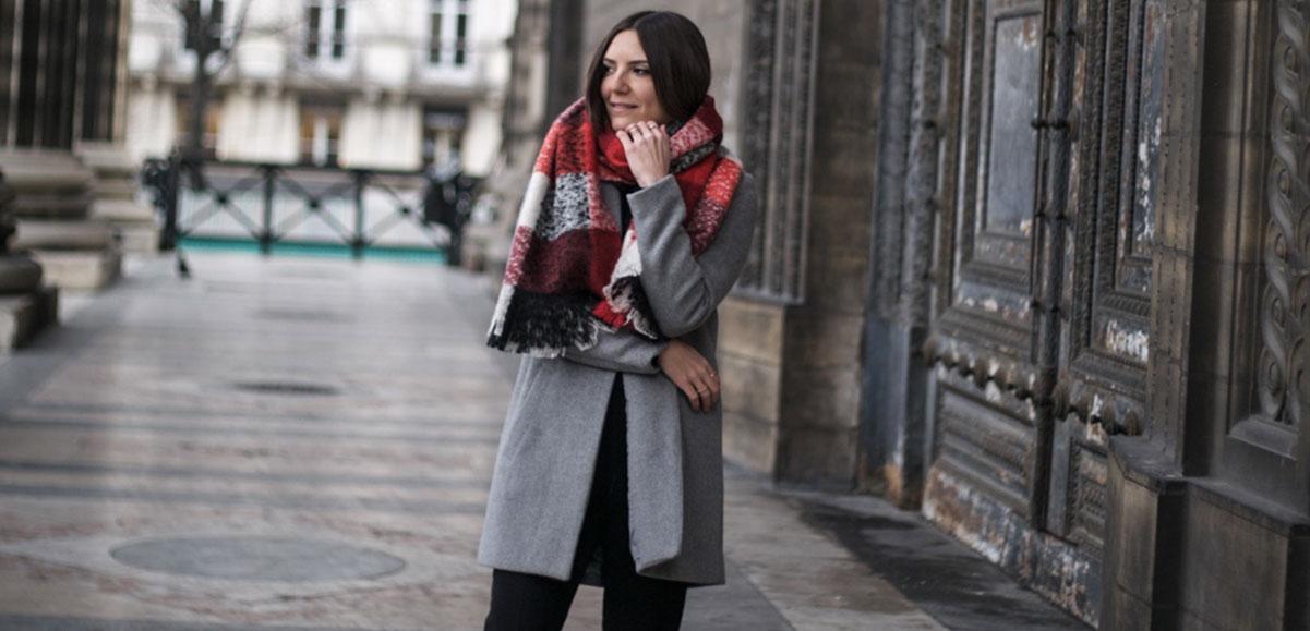 stylee avec une grosse echarpe