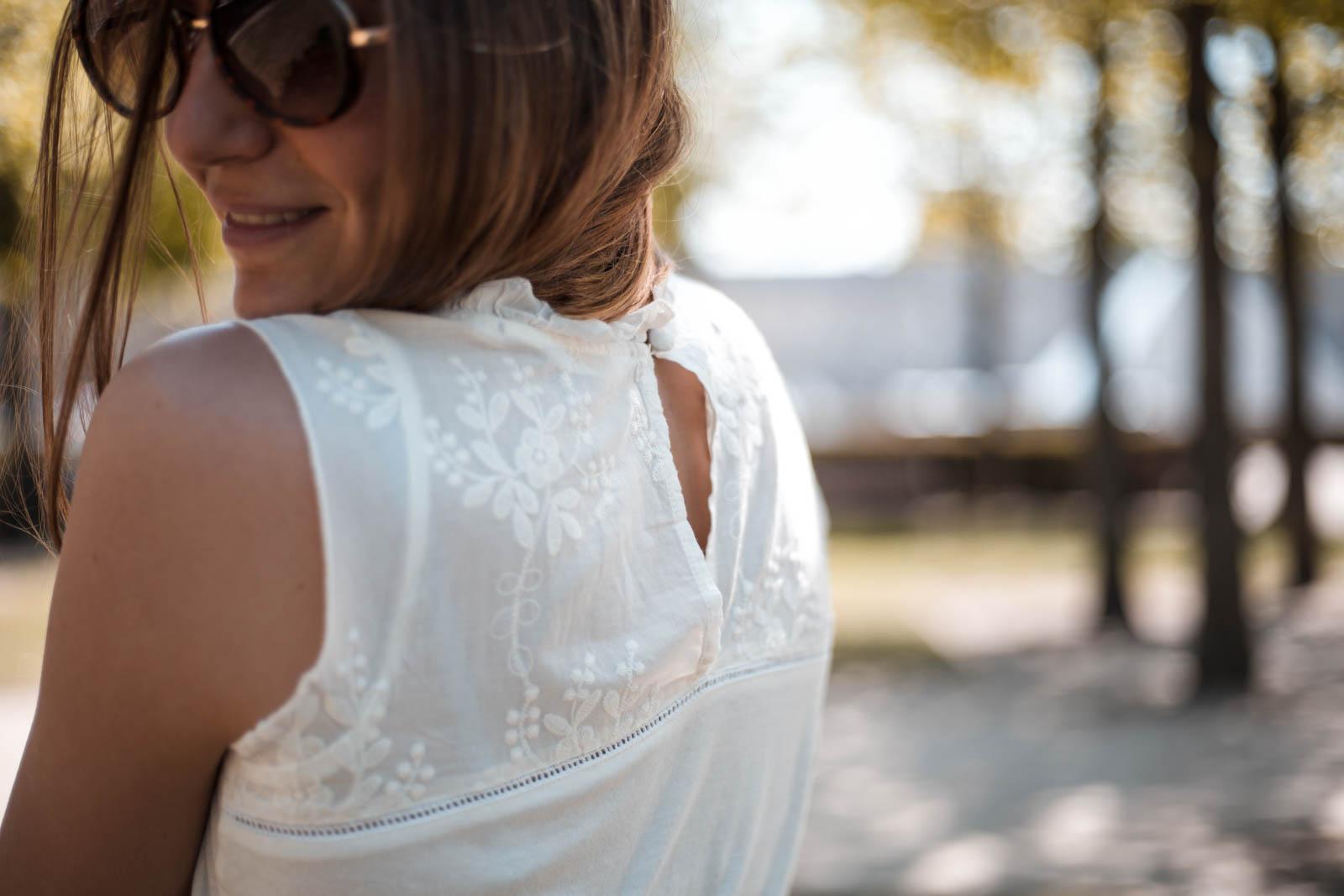 top blanc ouvert dans le dos